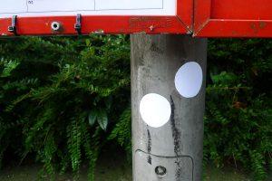 Weißer Punkt an Bushaltestelle